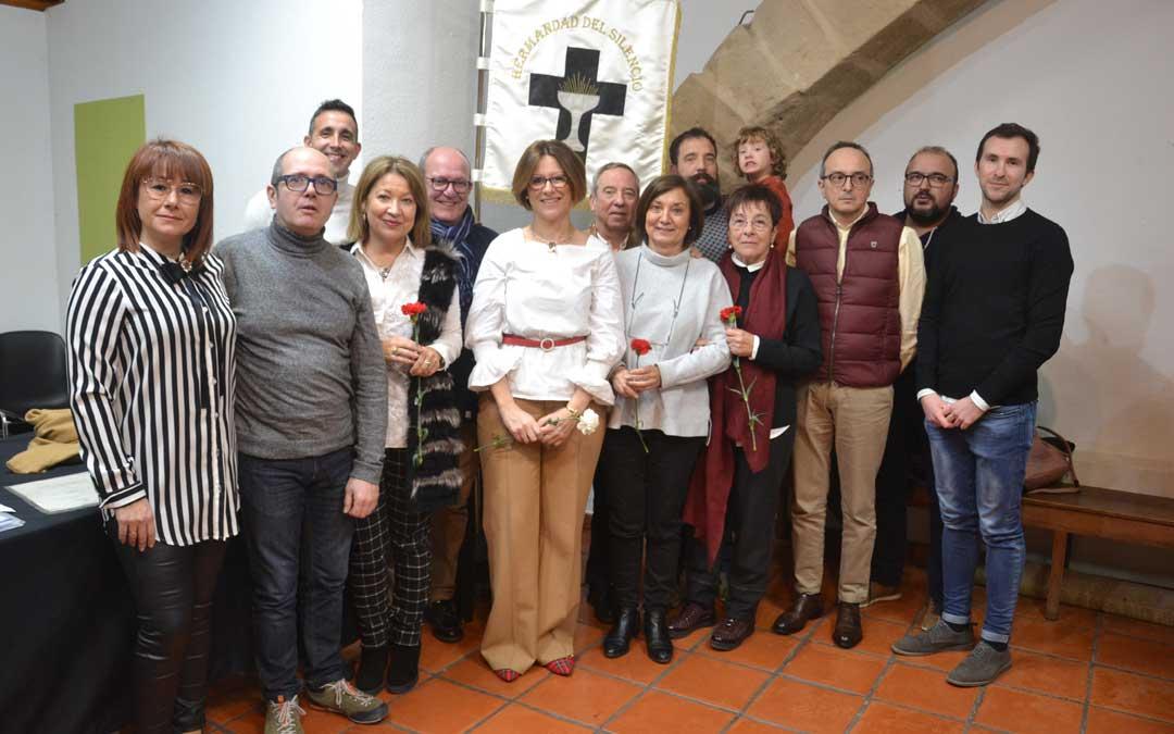 La familia Maldonado junto a los miembros de la junta directiva de la Hermandad del Silencio