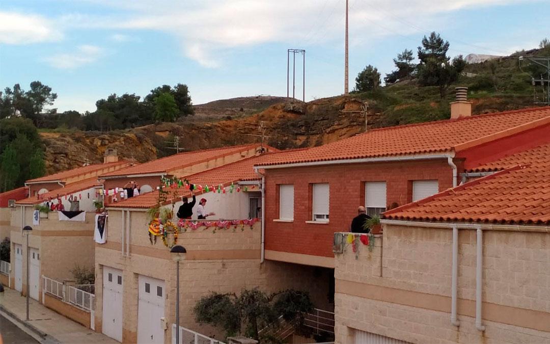 Las terrazas de la calle Jaganta de Andorra adornadas./ P.M.