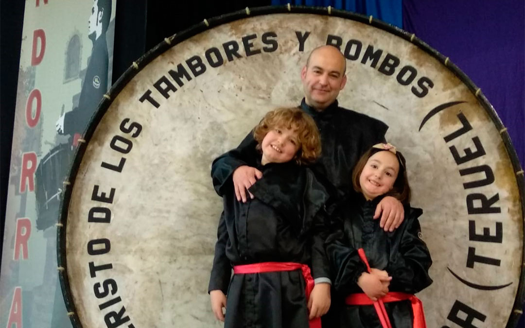 Fernando Galve, presidente de la Ruta del Tambor y Bombo, junto a sus hijos./ L.C.