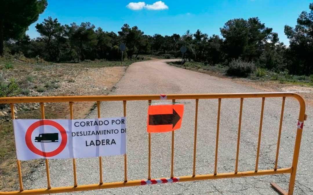 El Ayuntamiento de Fórnoles ha cortado el acceso desde la localidad a Monroyo por peligro de desprendimientos.