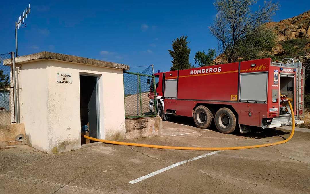 Los bomberos inyectan diariamente agua procedente de Valderrobres.