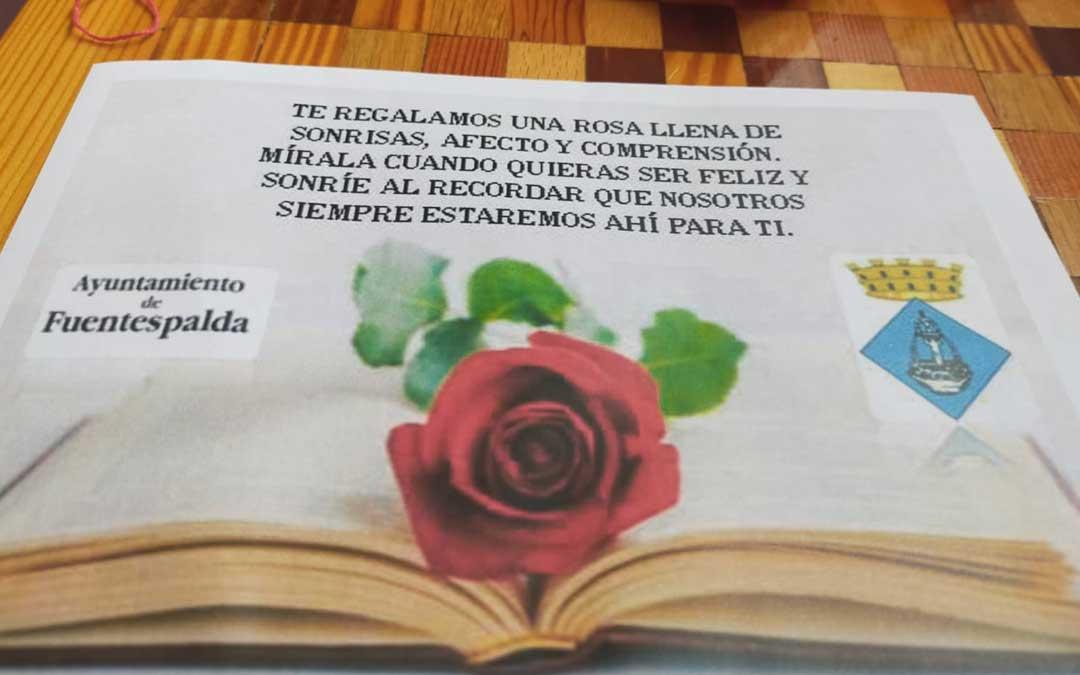 En Fuentespalda el ayuntamiento ha repartido una rosa y un detalle entre todos los hogares de la localidad./ L.C.