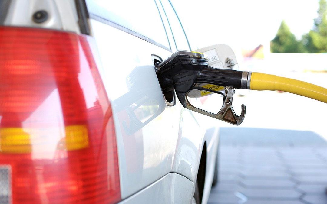 Imagen de archivo de un vehículo repostando en una gasolinera./ Pixabay