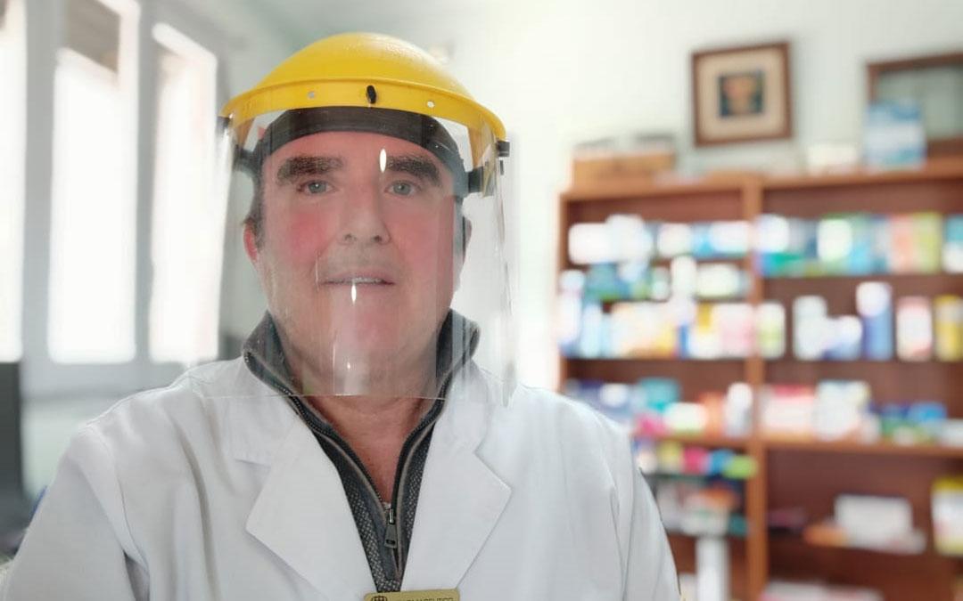 Rogelio Giner es el farmacéutico de la oficina de oliete./R.G.