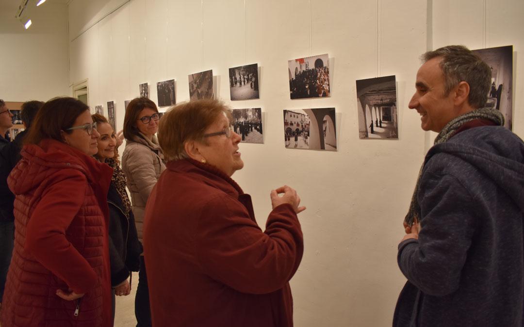 Vicente Gómez Arbiol, en la visita guiada el día de la inauguración. Debido al confinamiento pone sus fotos a disposición del público a través de la web del Centro de Estudios. / Laura Quílez