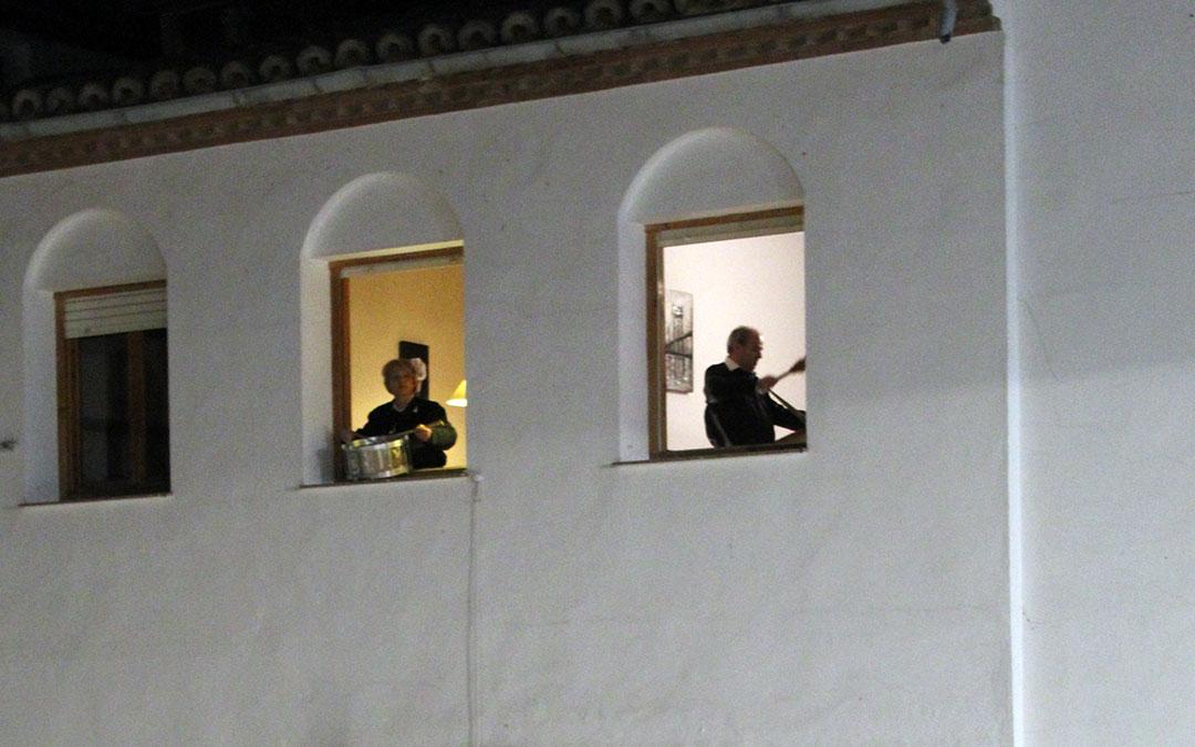 Híjar. Dos de los pocos vecinos que Rompieron la Hora en la Plaza del Ayuntamiento.