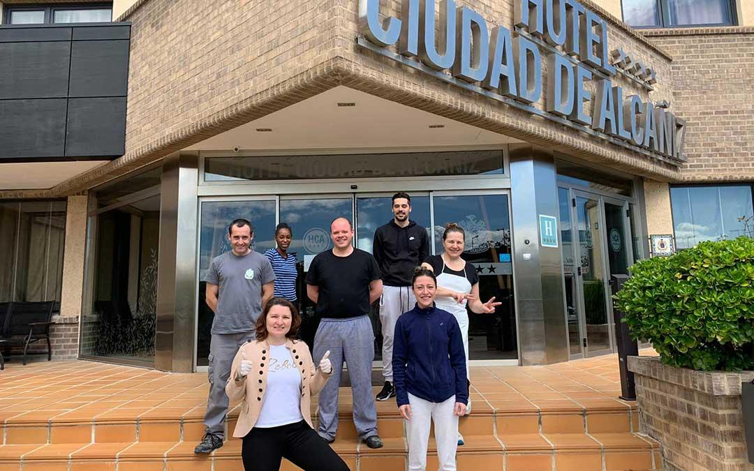 Todos los voluntarios que en las últimas semanas han trabajado en el centro medicalizado Hotel Ciudad de Alcañiz./ G.T.
