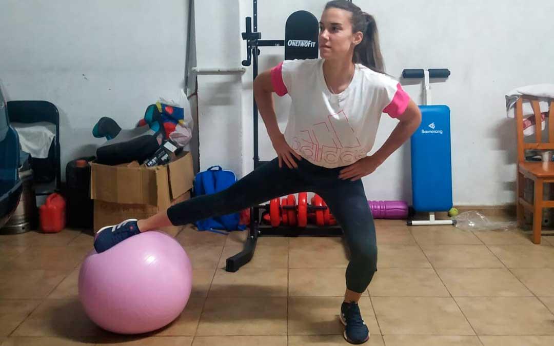Irene Burillo haciendo ejercicio en su casa de Caspe.