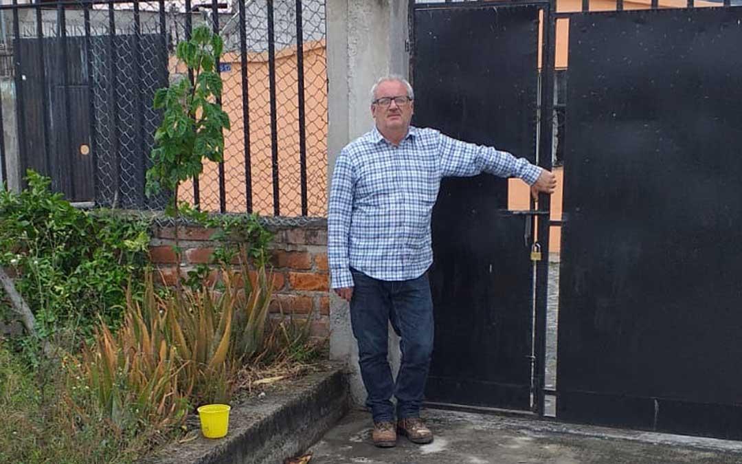 El alcalde de Torre de Arcas, Juan Carlos Arrufat, en la puerta exterior de la vivienda de su familia política
