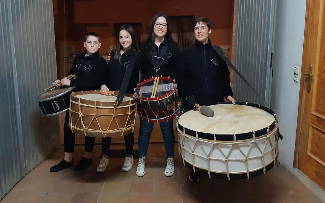 La Puebla de Híjar. Foto de familia con tambores y bombos.