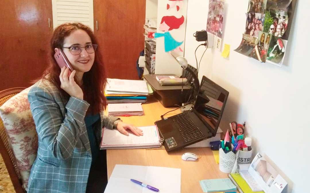 Lidia Ralfas atendiendo llamadas desde su casa.
