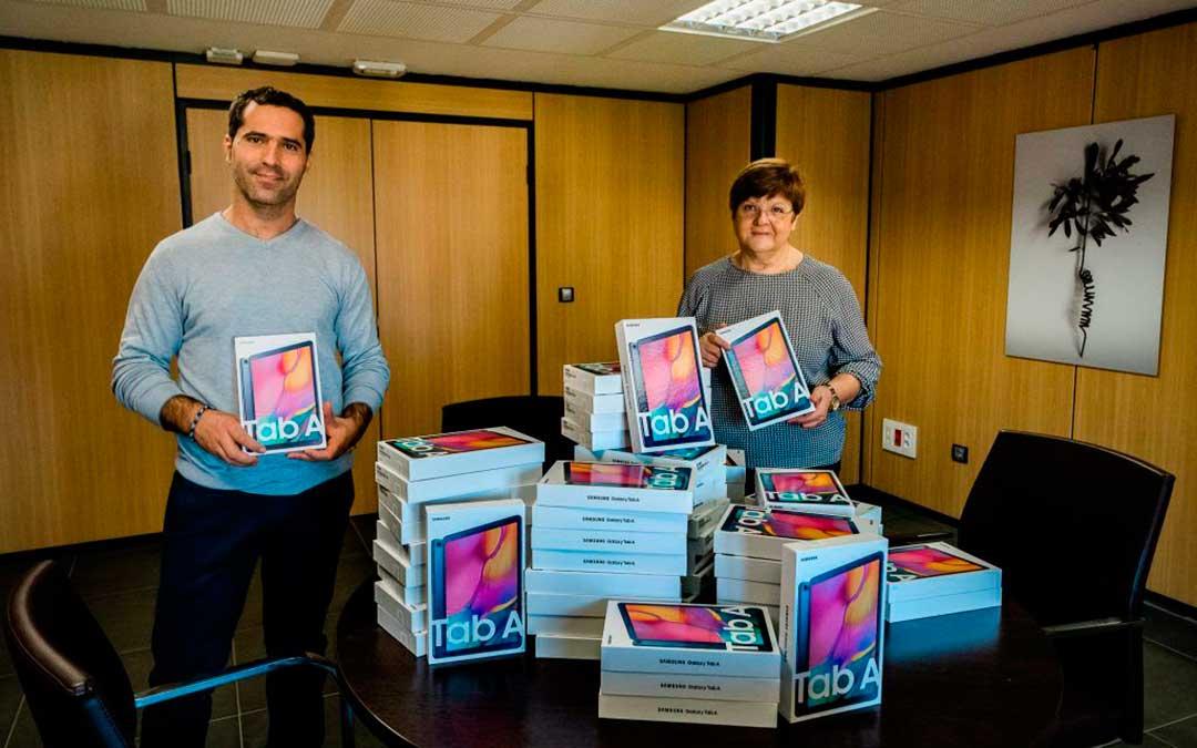 El concejal de Educación Gabriel Luena y la alcaldesa de Caspe Pilar Mustieles con las tablets recién compradas.