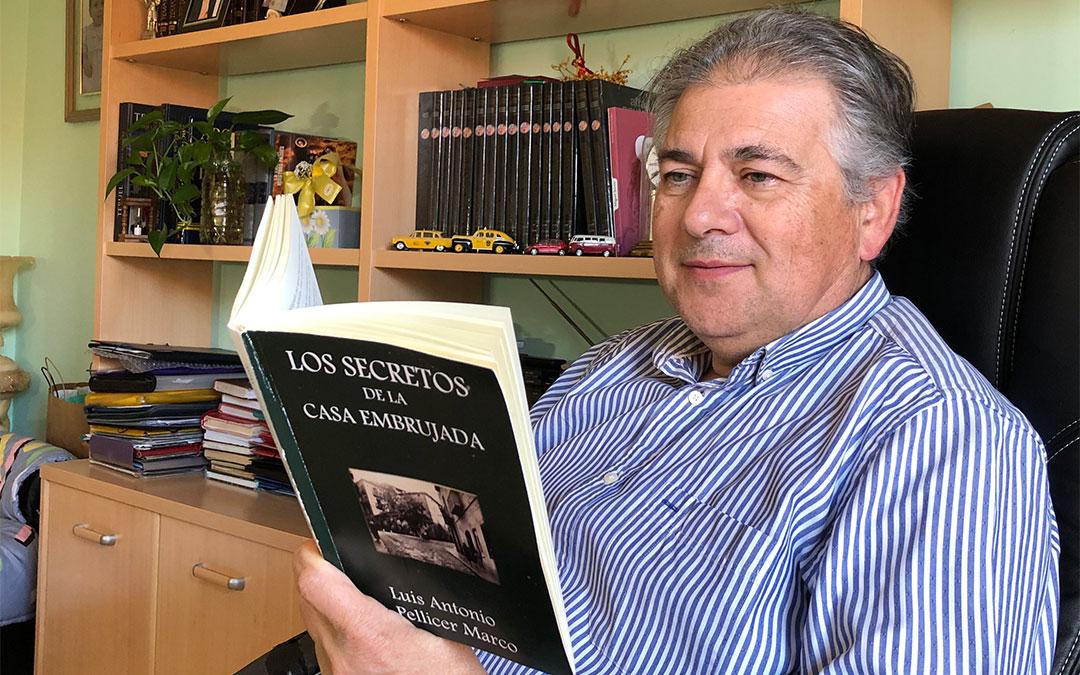 El escritor alcañizano Luis Pellicer junto a su novela 'Los secretos de la casa embrujada'./ L.C.