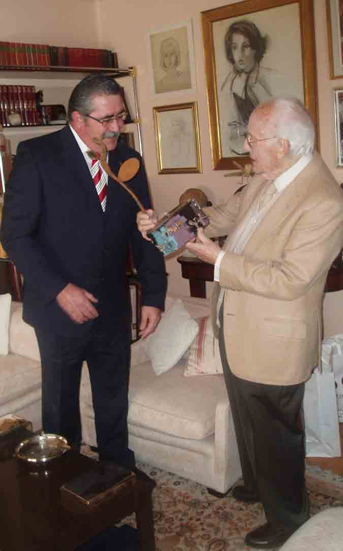 González Sediles entrega el premio Redoble a Antonio Mingote / Archivo González Sediles