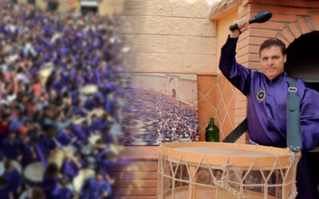 Manuel Royo tocando este Domingo de Ramos en su casa.