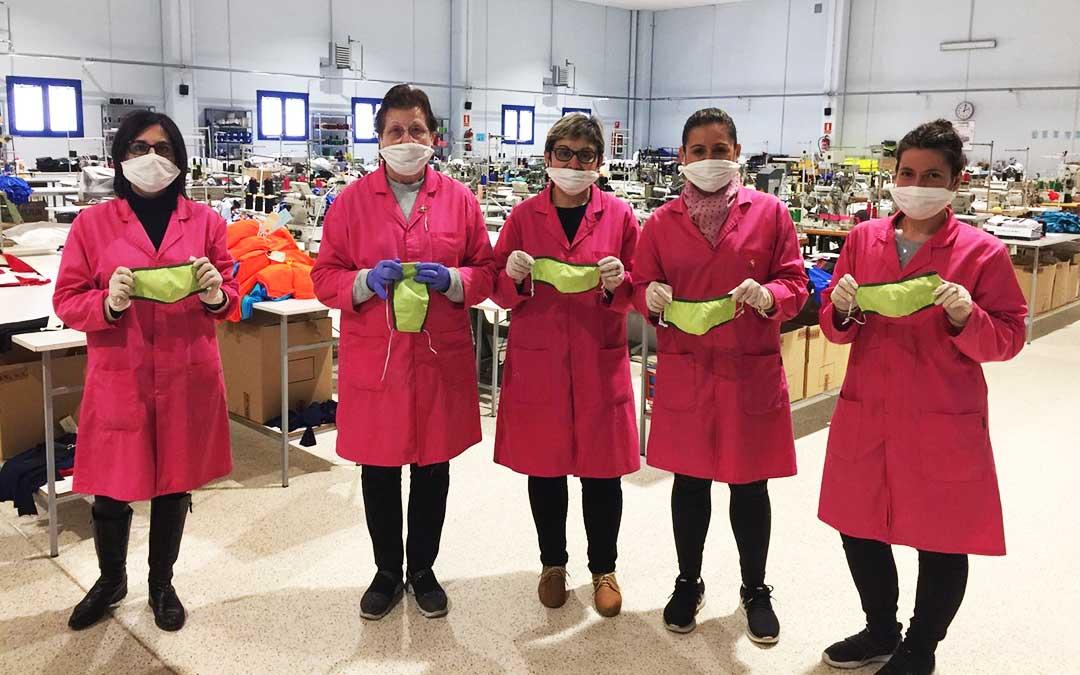 Gran iniciativa solidaria del sector textil de Fayón con la confección de más de 300 mascarillas distribuidas entre los profesionales sanitarios, Ayuntamiento de Fayón, trabajadores y familiares.