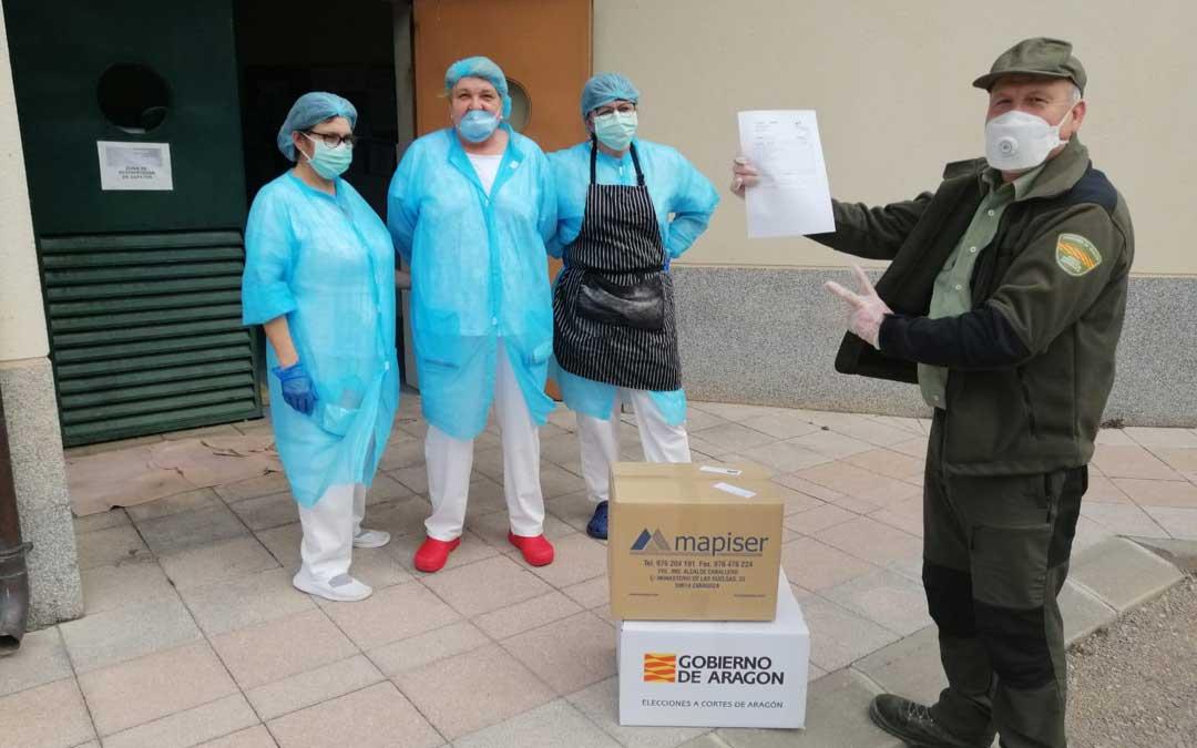 Un APN repartiendo material en la residencia de Calanda