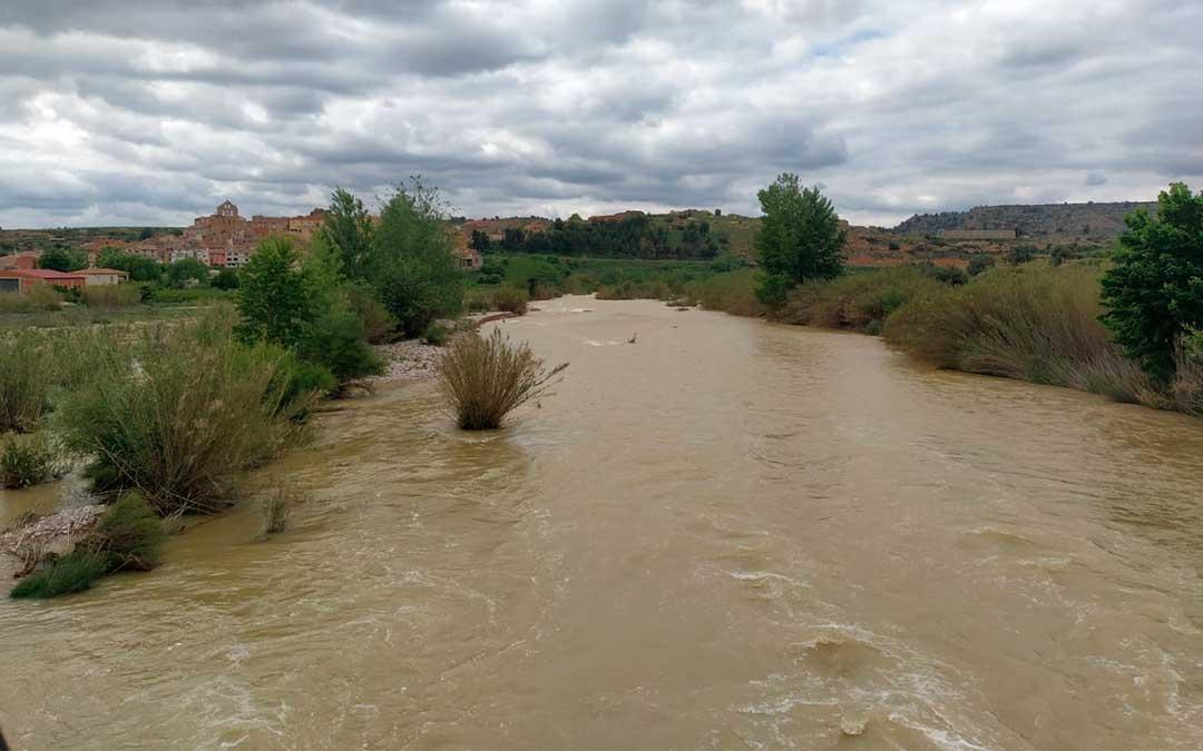 El río ha superado los 70 metros cúbicos por segundo a su paso por Mazaleón / Foto. Andrés Sostres.