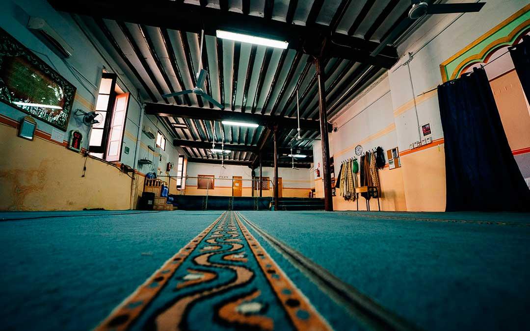 La Mezquita de Caspe, a la que llegan a acudir más de 300 familias, totalmente vacía, la semana pasada. Imagen: Cesáreo Larrosa