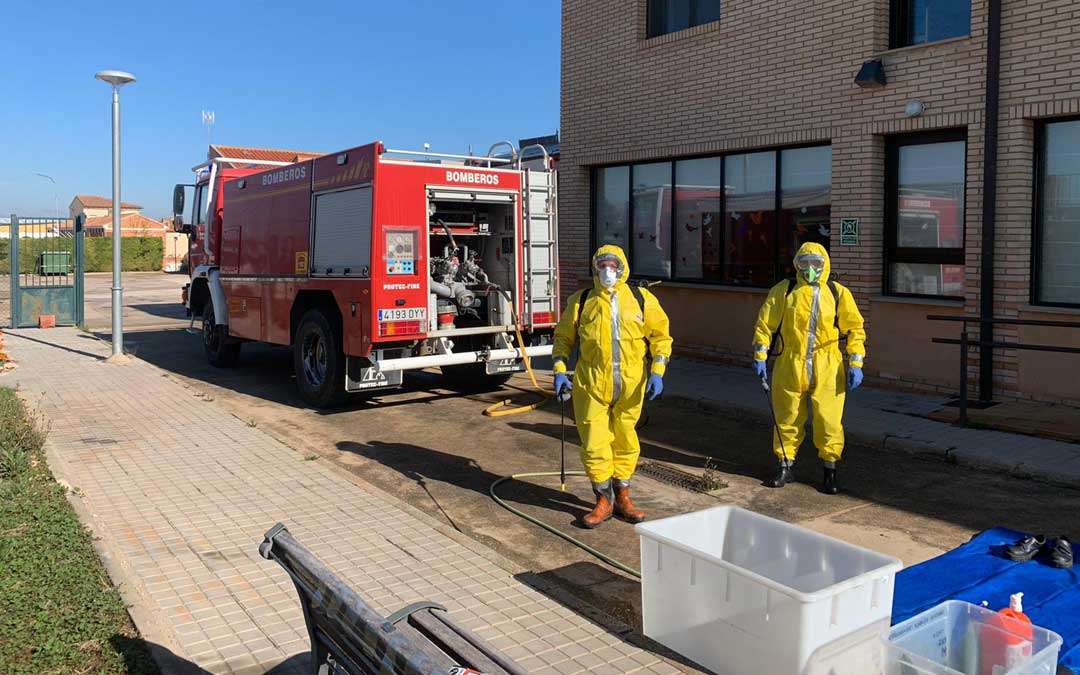 Labores de desinfección por los Bomberos en Muniesa. / DPT