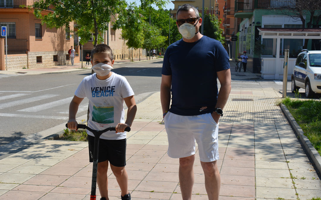 Óscar y Alonso, paseando por la calle./I.M.