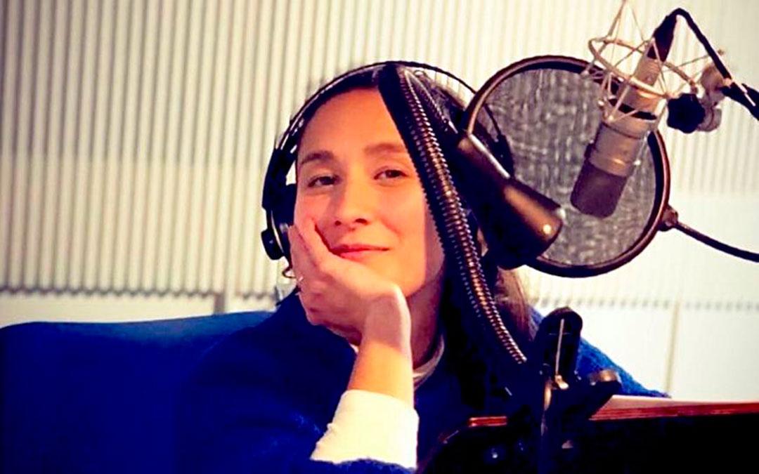 La periodista zaragozana Patricia Peiró durante la grabación de uno de los podcasts./ P.P.