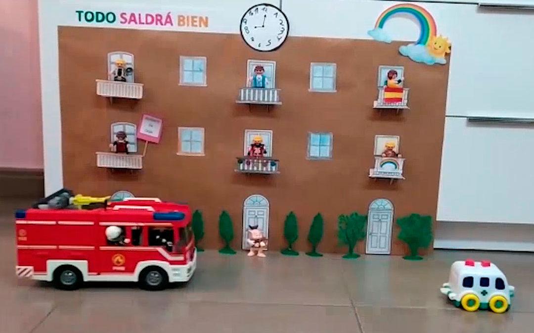 Los hermanos alcañizanos Santiago y Hugo recrean con juguetes el aplauso sanitario