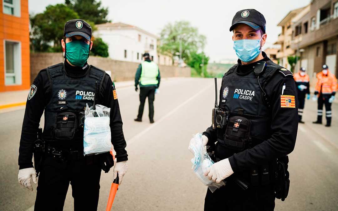 Miembros de la Policía Local de Caspe durante el reparto. Imagen: Cesáreo Larrosa.