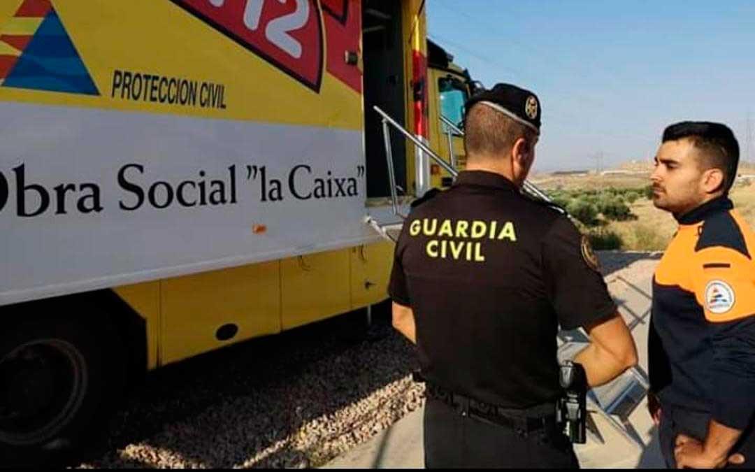 Un efectivo de la Guardia Civil junto al presidente de Protección Civil del Matarraña.