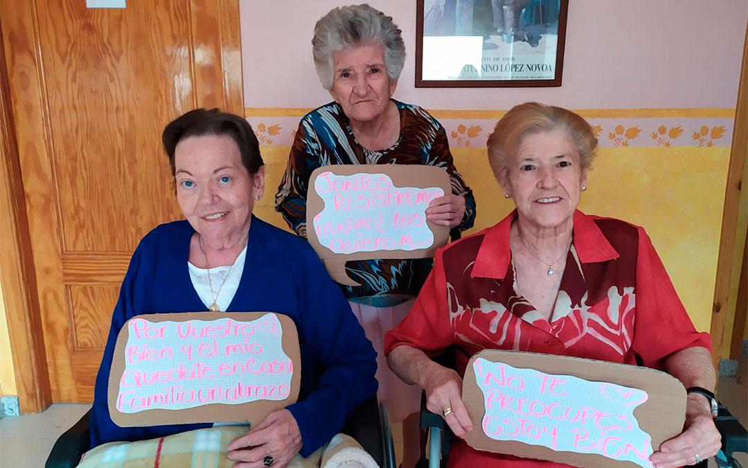Las caspolinas María Josefa, Mercedes y Carmen están deseando cruzarse de nuevo por los pasillos con los residentes de las Hermanitas de los Ancianos Desamparados./ Cesáreo Larrosa