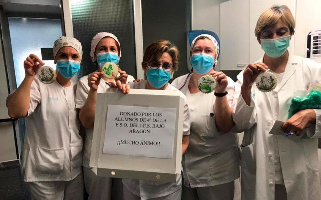 Sanitarios del Hospital Comarcal mostrando las galletas./ L.C.