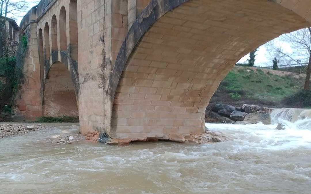 El río Tastavins continúa creciendo y se teme por la estabilidad del puente viejo de Peñarroya.
