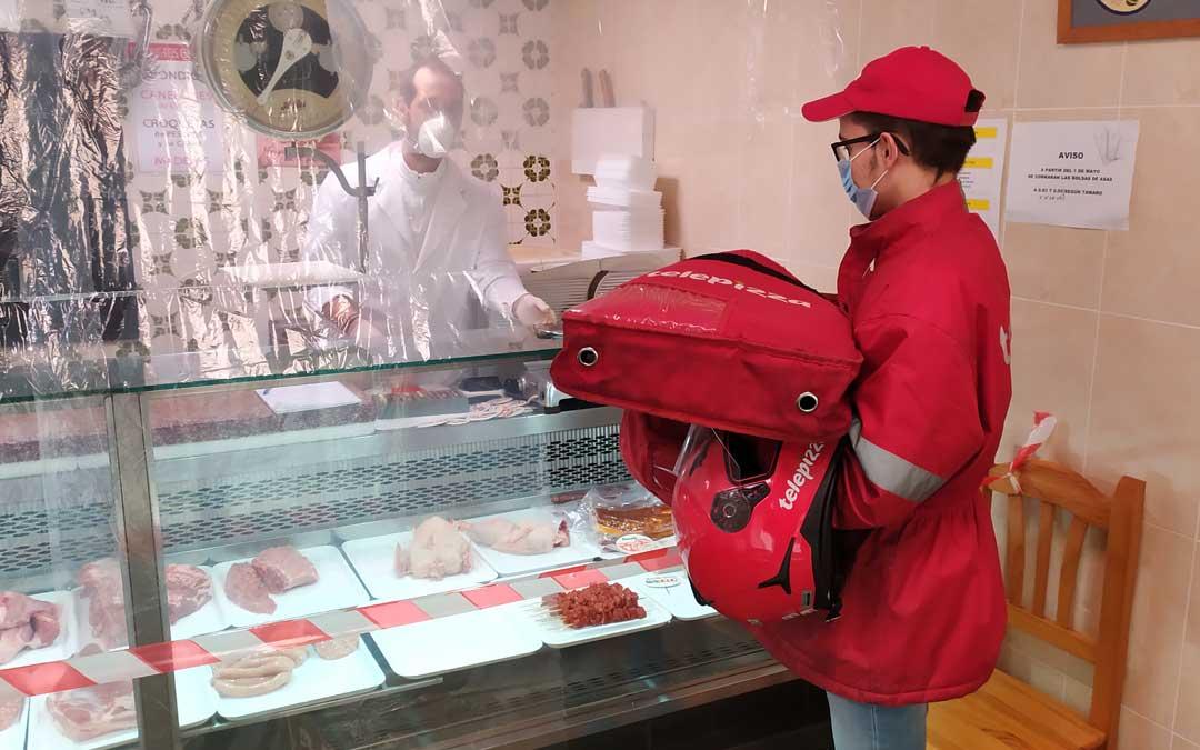 Entregando una pizza en una carnicería / J. Peñalver