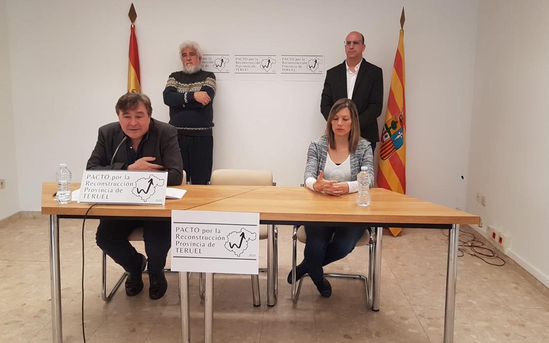 Guitarte, junto a la senadoras Beatriz Martín. Detrás, el portavoz de la plataforma Manuel Gimeno y el diputado alcañizano Joaquín Egea./ Teruel Existe