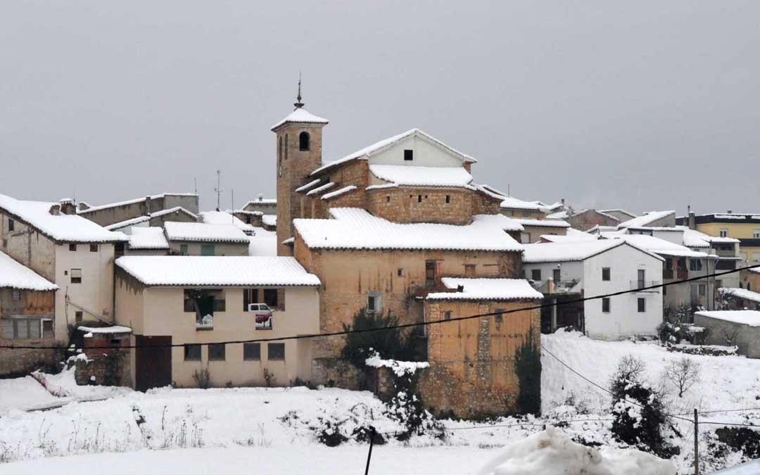 La localidad de Torre de Arcas durante una nevada.