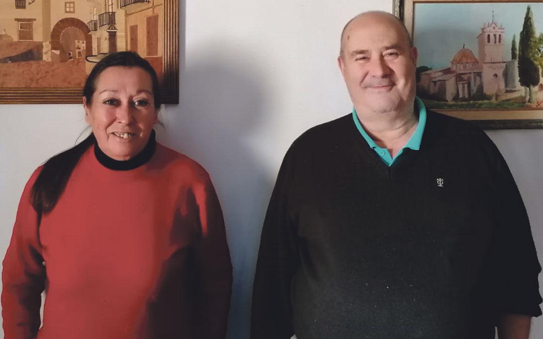 Paco Soriano y Elisa Cuartero, encargados del bar-tienda de Fórnoles./ L.C.