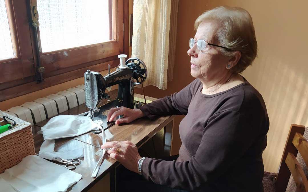 Una de las voluntarias confeccionando mascarillas./L.C