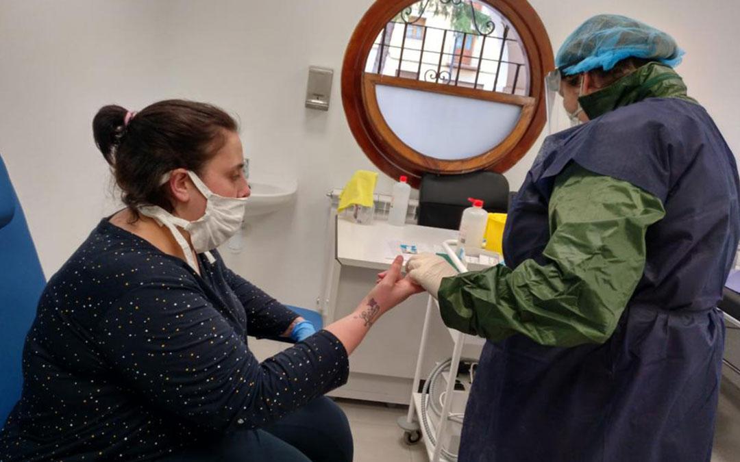 Una enfermera realiza un test rápido de coronavirus a una vecina en Utrillas./ Heraldo