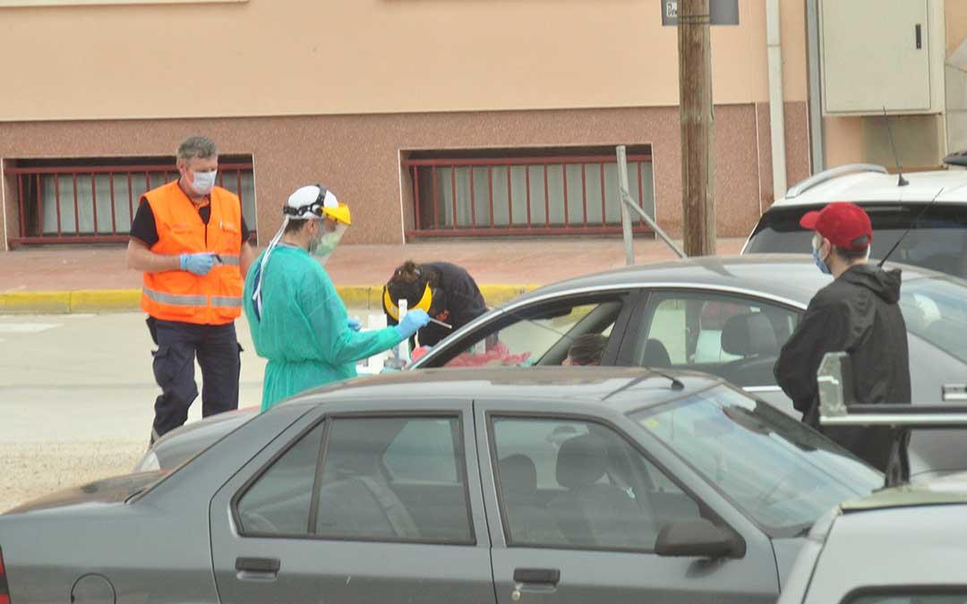 DGA realizó el sábado pruebas PCR desde los coches en el exterior de la residencia de Valderrobres / J. de Luna