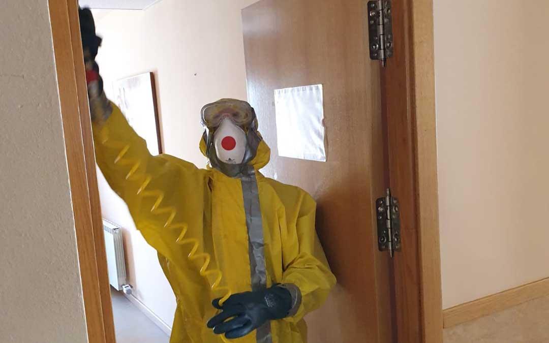 Los bomberos de la DPT desinfectando hoy una de las habitaciones.