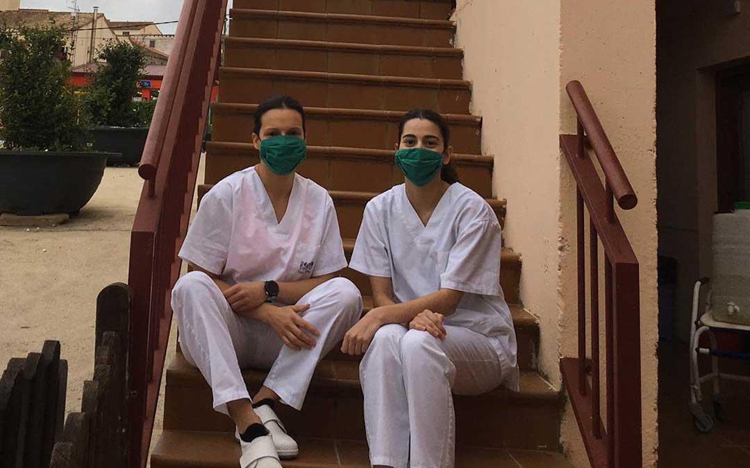 Inés Carrera y Mireia Cardona son voluntaria y trabajadora del centro valderrobrense.