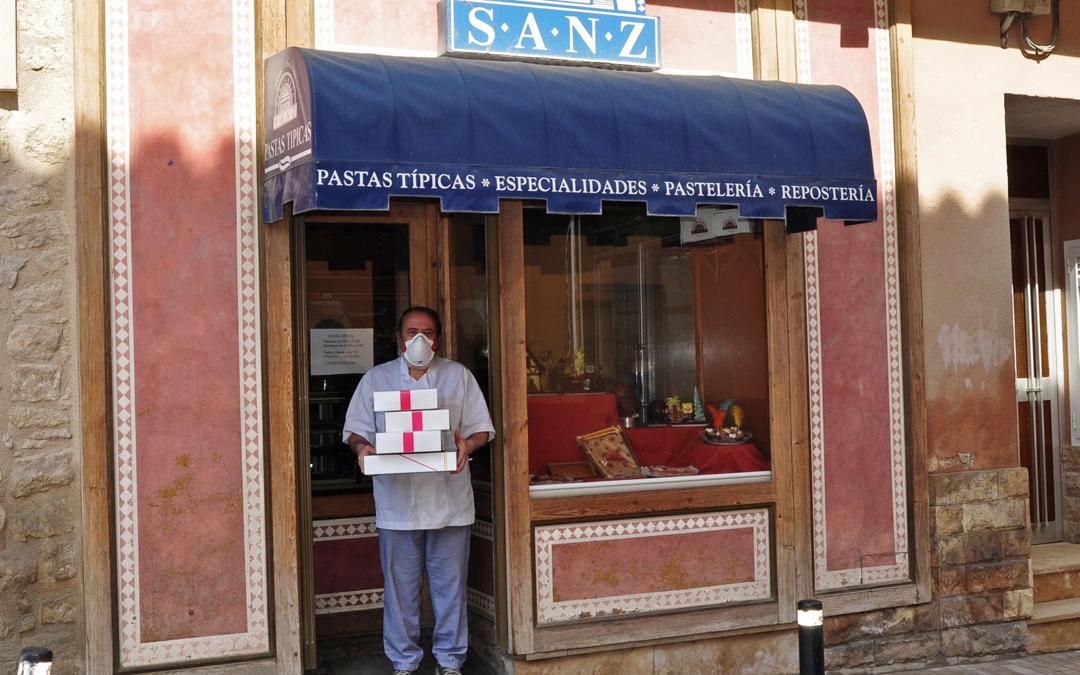 Uno de los Sanz en la puerta de su tienda