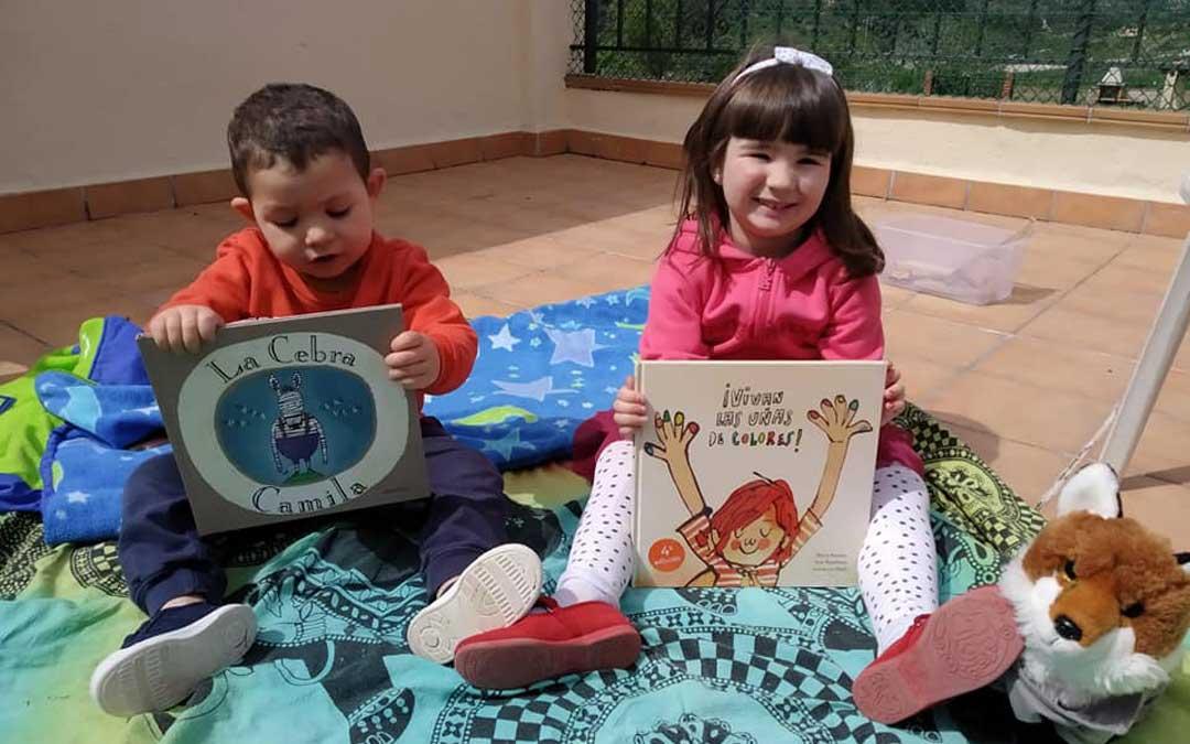 Los niños y niñas de Valjunquera han recibido un cuento de manos del consistorio./ L.C.
