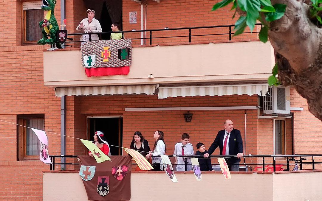 Los vecinos de la calle de la calle Ándres Vives con sus trajes medievales./ L.C.