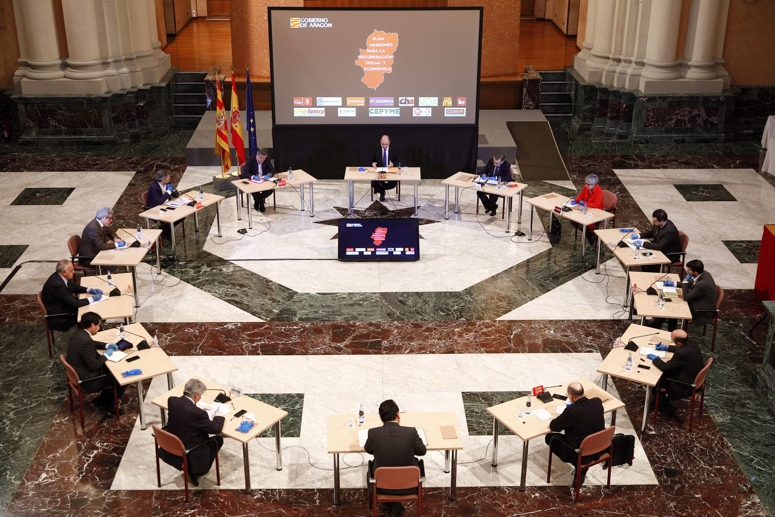 Agentes políticos, económicos y sociales este viernes reunidos en las Cortes.