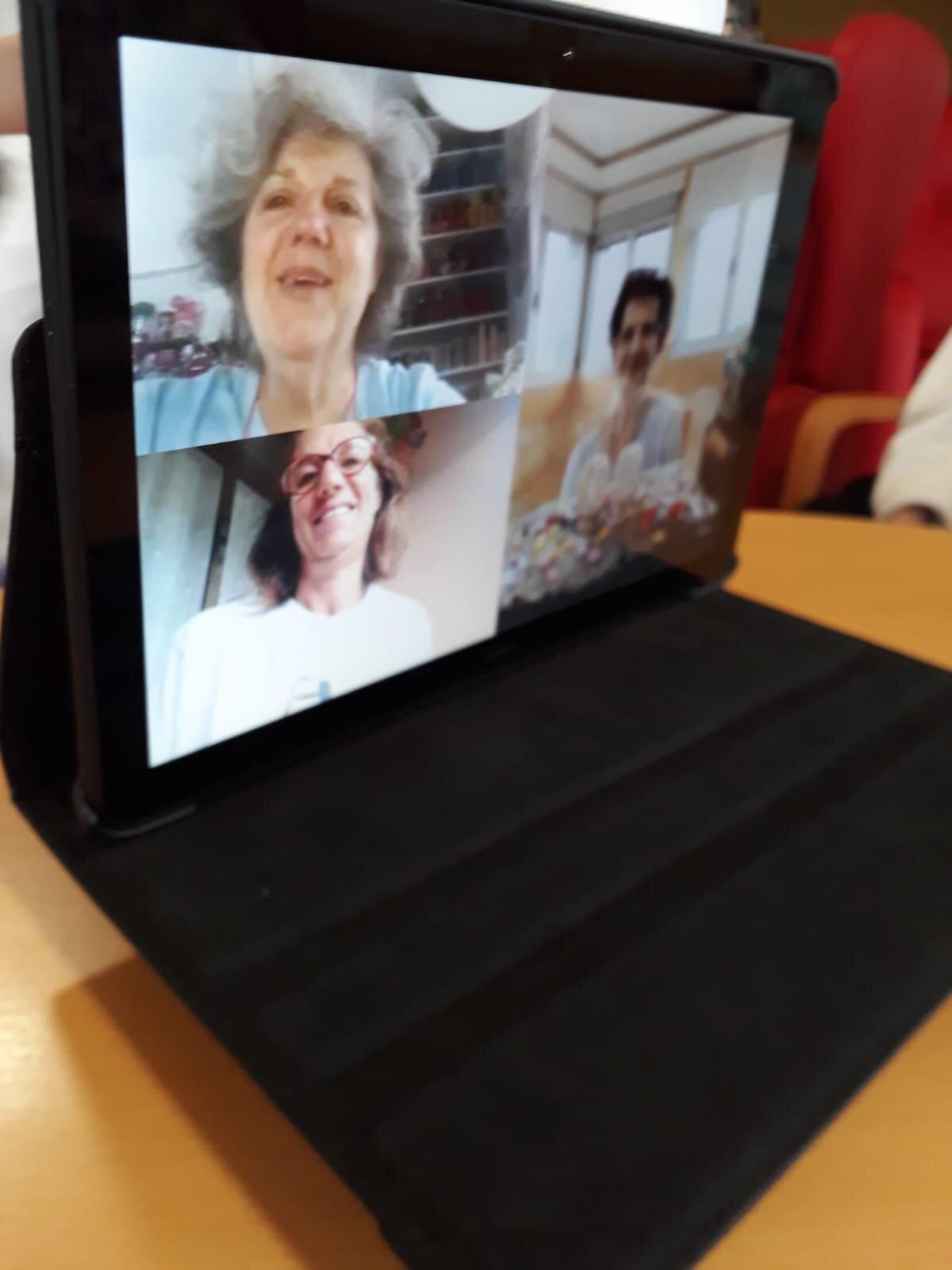 Nieves Corominas hablando con sus hijas por videollamada.