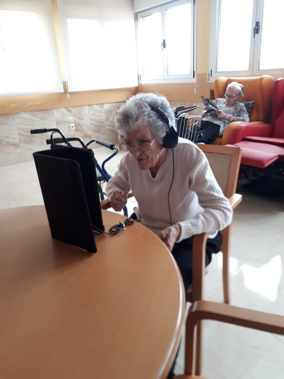 Nieves Escudero,de 93 años y superviviente del Covid-19, hablando con familiares con una tablet.