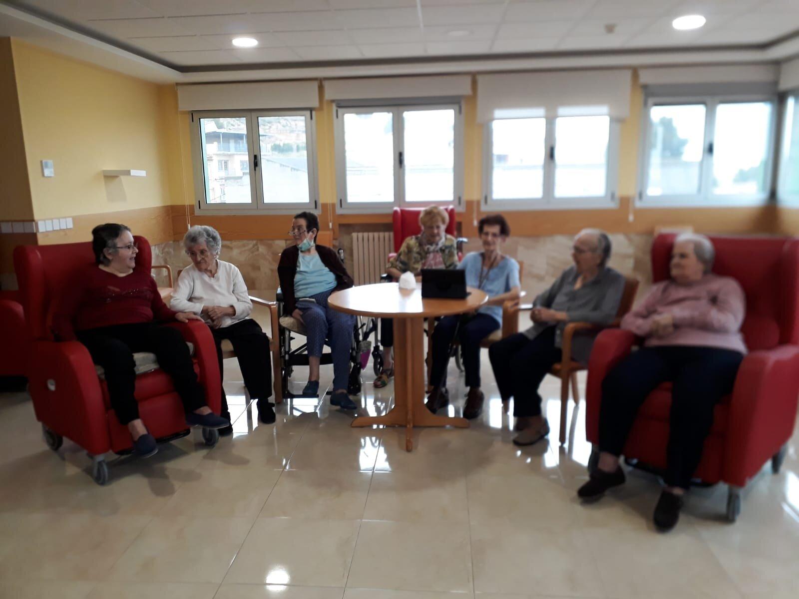 Residentes del asilo con una de las tablets donadas por las asociaciones.