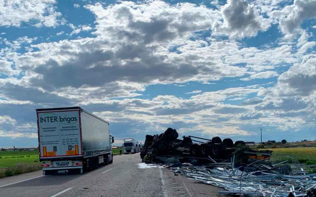 Estado del camión accidentado. Imagen: Bomberos DPZ