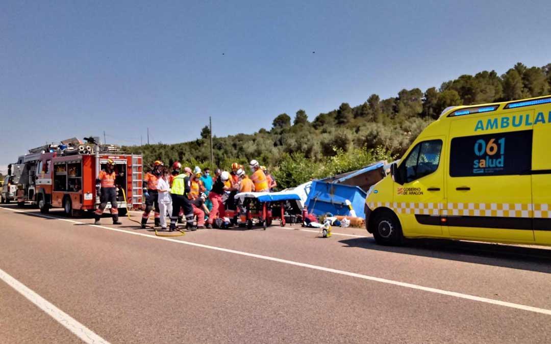 Efectivos del parque de bomberos de la DPT de Alcañiz y el O61 en el lugar del accidente.